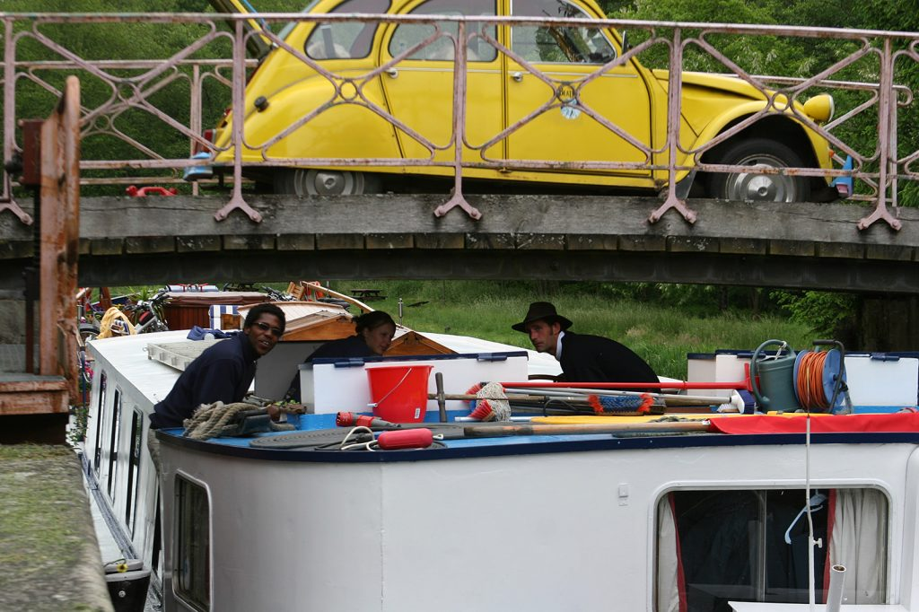 Die «Art de Vivre» unter der Brücke bei Schleuse 16 versant Saône