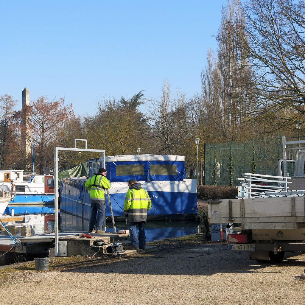 Im Hafen von Dijon werden Gitter gegen Einbrecher montiert