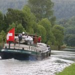 Die stolz wehende Schweizerflagge auf dem Canal de la Marne au Rhin