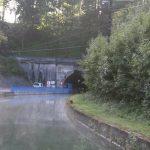 Einfahrt zum Tunnel von Mauvages (Canal de la Marne au Rhin) mit Schleppfahrzeug
