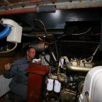 Der Kapitän bei Wartungsarbeiten im Motorraum