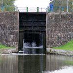 Eine der mächtigen Schleusen des Canal de Roanne à Digoin