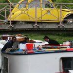 Hotelschiff unter einer Brücke in der Schleusentreppe von Sardy (Nivernais)