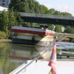 Begegnung mit einem Kehrichtschiff auf der Marne