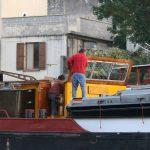 Bei einem Lastschiff wird das Steuerhaus wegen der niedrigen Brücken abgebaut