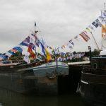 Beflaggte Pénichen bei einer Schifferhochzeit in St-Mammès