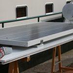 Montage der Solarzellen auf dem Steuerhausdach