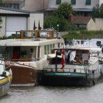 Briare – wir liegen längsseits eines Hotelschiffs