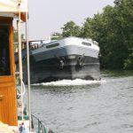 Ein leerer Kiesfrachter überholt uns auf der Yonne