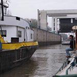 Klönschnack unter Schiffern in einer Grossschleuse auf dem Amsterdam-Rhein-Kanal