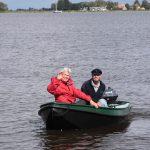 Kapitän und I. Offizier im Beiboot unterwegs