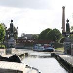 Begegnung mit einem Hotelschiff beim pont canal de Briare