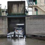 Frachtschiff verlässt Canal du Nord-Schleuse