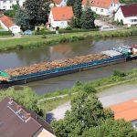 Holztransport auf dem Mittellandkanal bei Genthin (D)