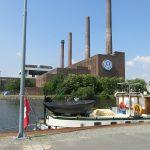 Vor den Volkswagenwerken in Wolfsburg (D)