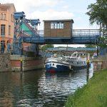 Die französische «Exocet» unter der Hebebrücke von Plau am See