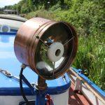 Alter Suchscheinwerfer auf einem Binnenfrachtschiff