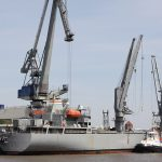 Entladen eines US-Munitionsschiffs
