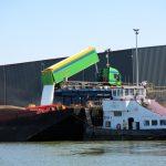 Beladen eines Frachtschiffes