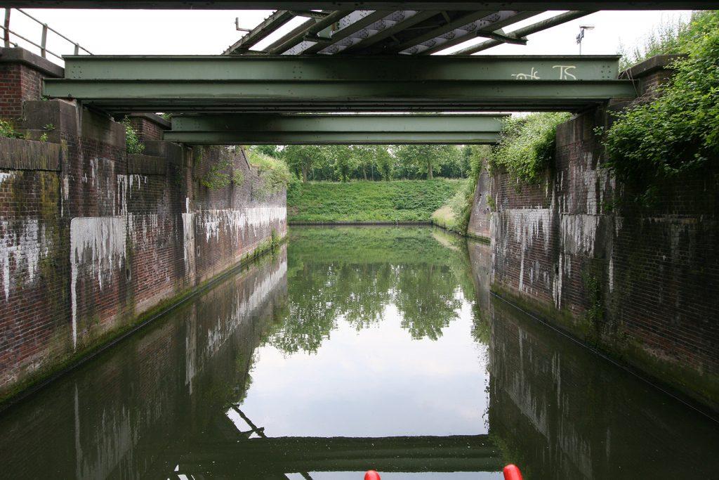 ...war die nächste Herausforderung die geringe Höhe einer Eisenbrücke...