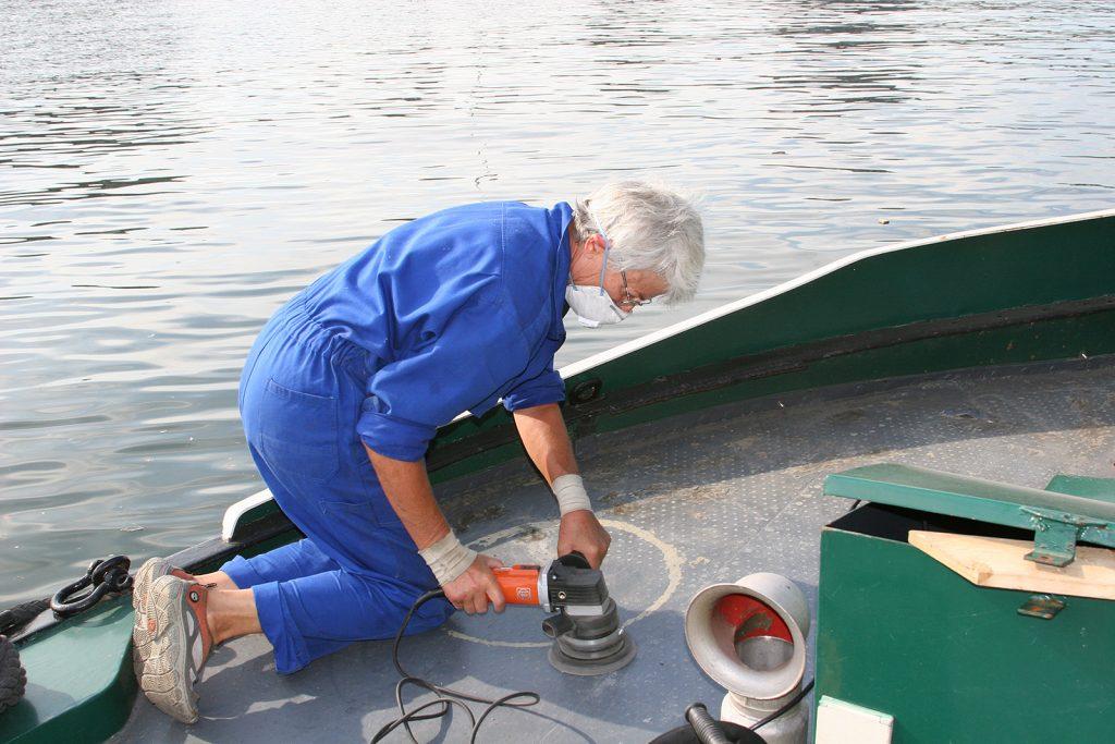 Unterhaltsarbeiten auf Deck: Der Erste Matrose im Einsatz