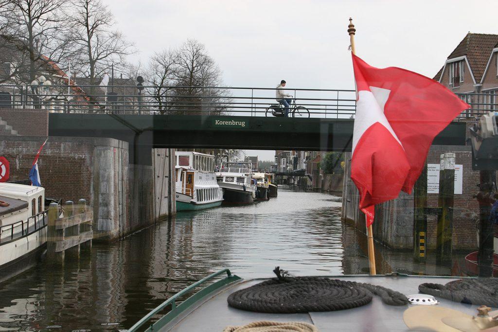 Rückwärts unter der Brücke durch...