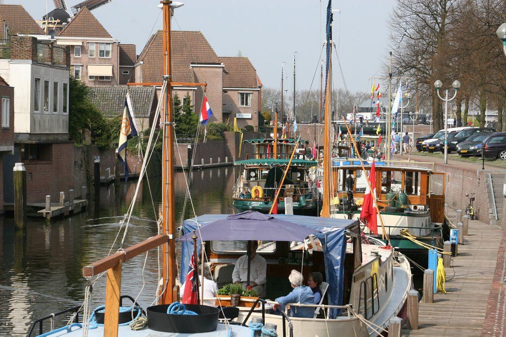 Die DBA-Flotte im Flaggenschmuck im Hafen von Gorinchem