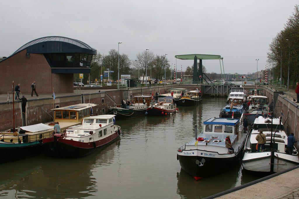 Die DBA-Flotte in der grossen Merwedeschleuse in Gorinchem