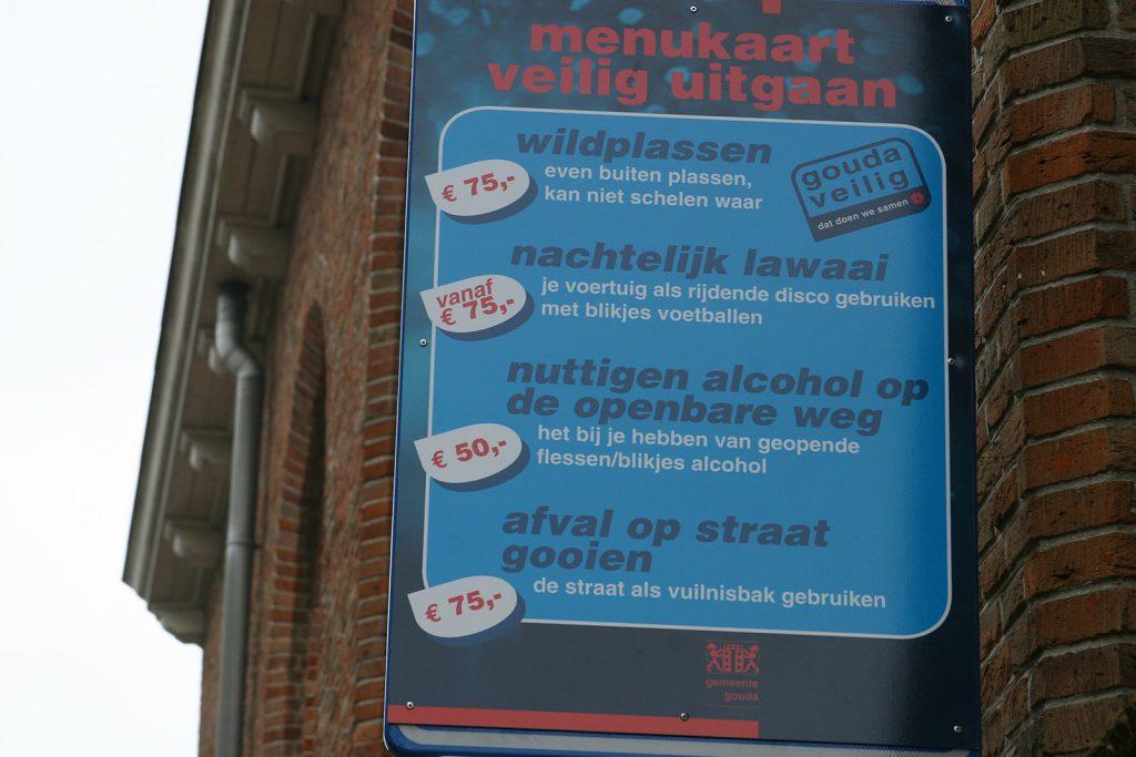 Bussen gibt es für «wildplassen» (im Freien pissen), «nachtelijk lawaai» (nächtlichen Lärm), «nuttigen alcohol op de openbare weg» (auf der Strasse Alkohol konsumieren) und «afval op straat gooien» (Abfall auf die Strasse werfen)