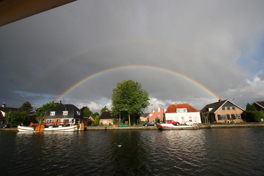 Doppelter Regenbogen über dem Quai von Oude Wetering