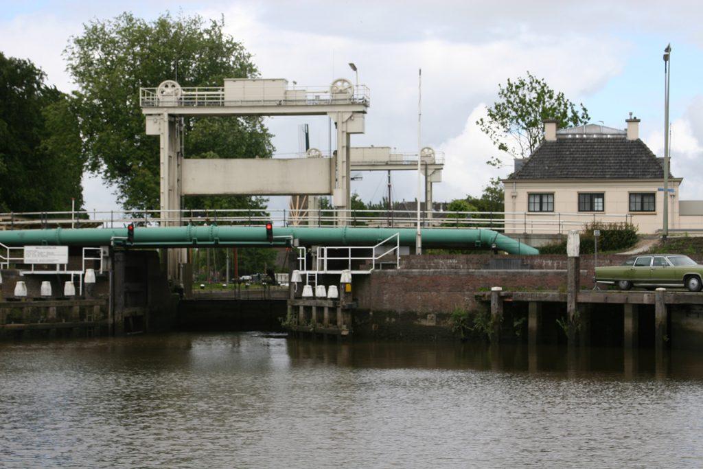 Die Mallegatschleuse in Gouda, von der Hollandsche IJssel aus gesehen