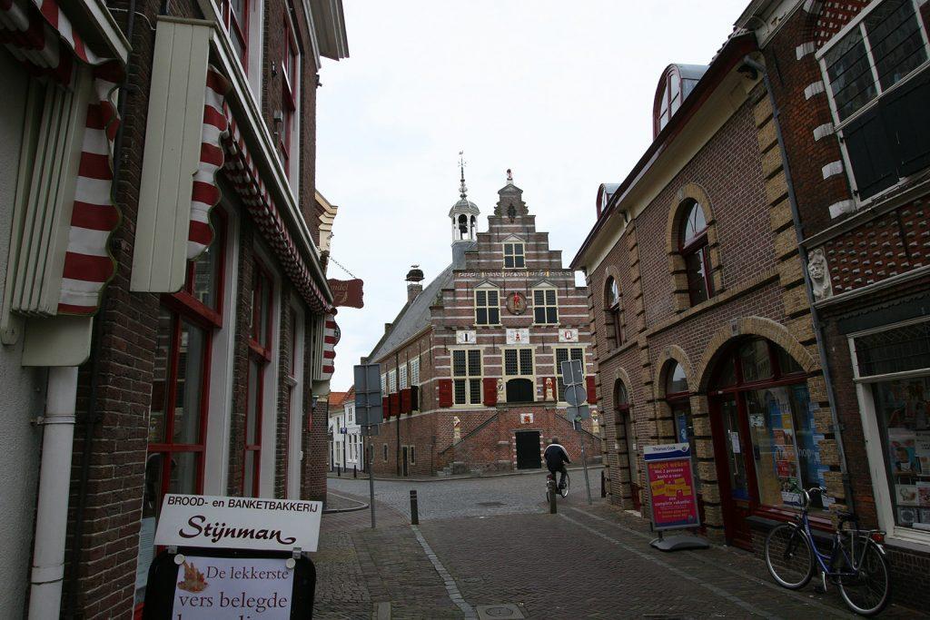 Das Storchennest auf dem Dach des Rathauses von Oudewater