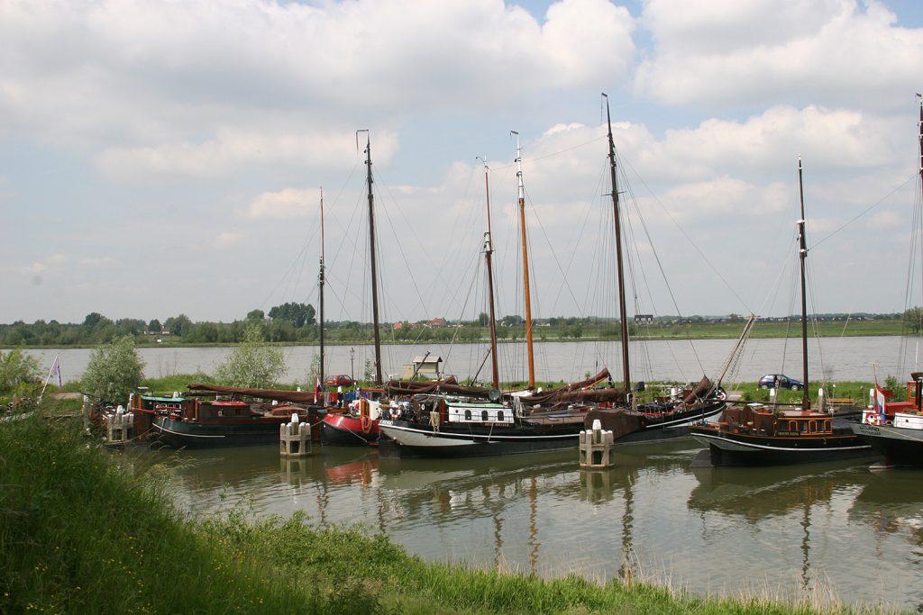 ...mit seinem historischen Hafen