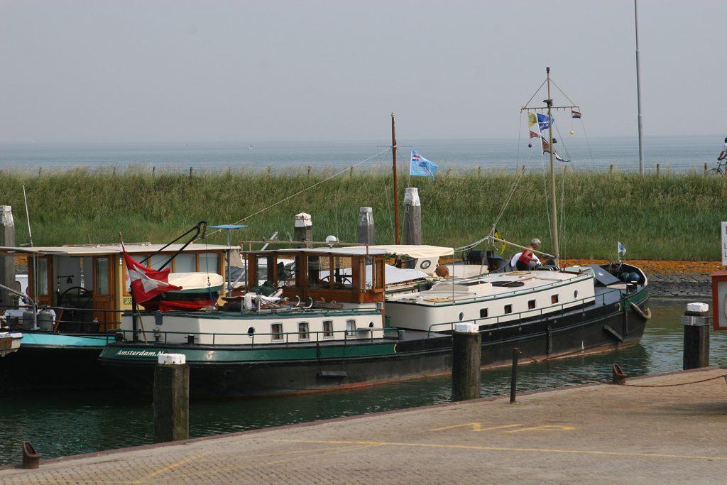 Im Hafen von Burghsluis. Hinter dem Deich die Nordsee