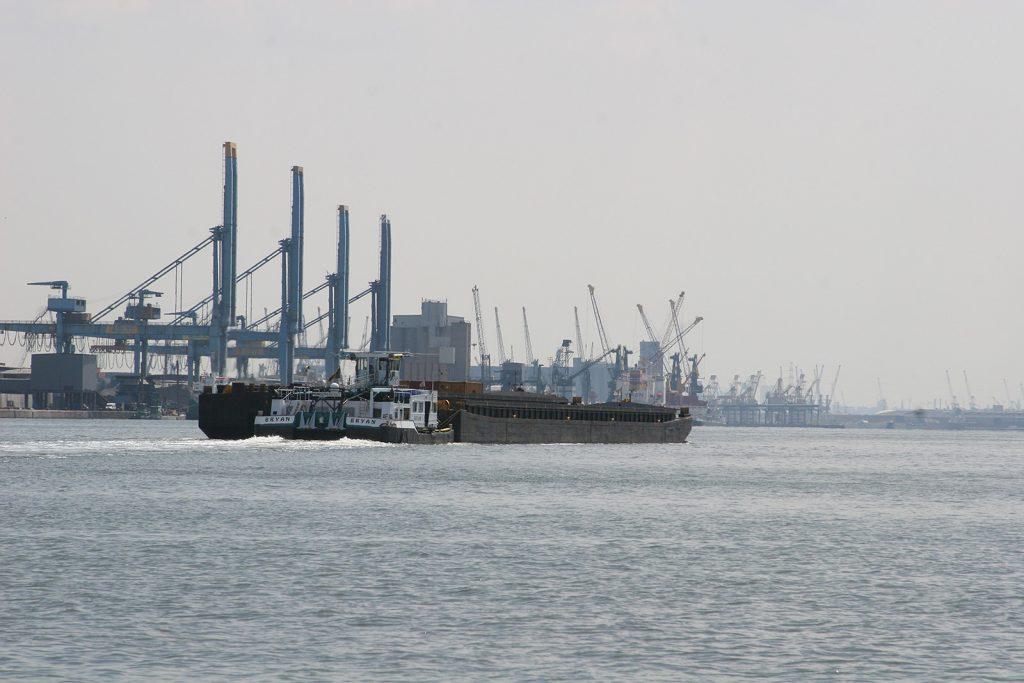 Ein grosser Schubverband im Hafen von Antwerpen