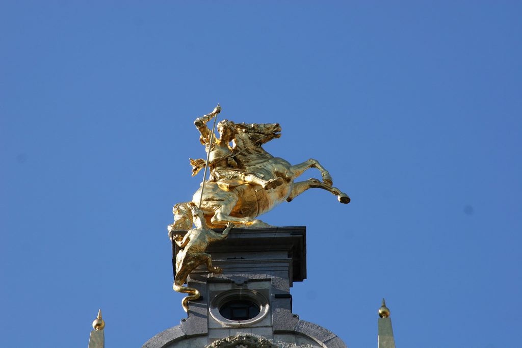 Die vergoldeten Giebelfiguren zeugen vom einstigen Reichtum