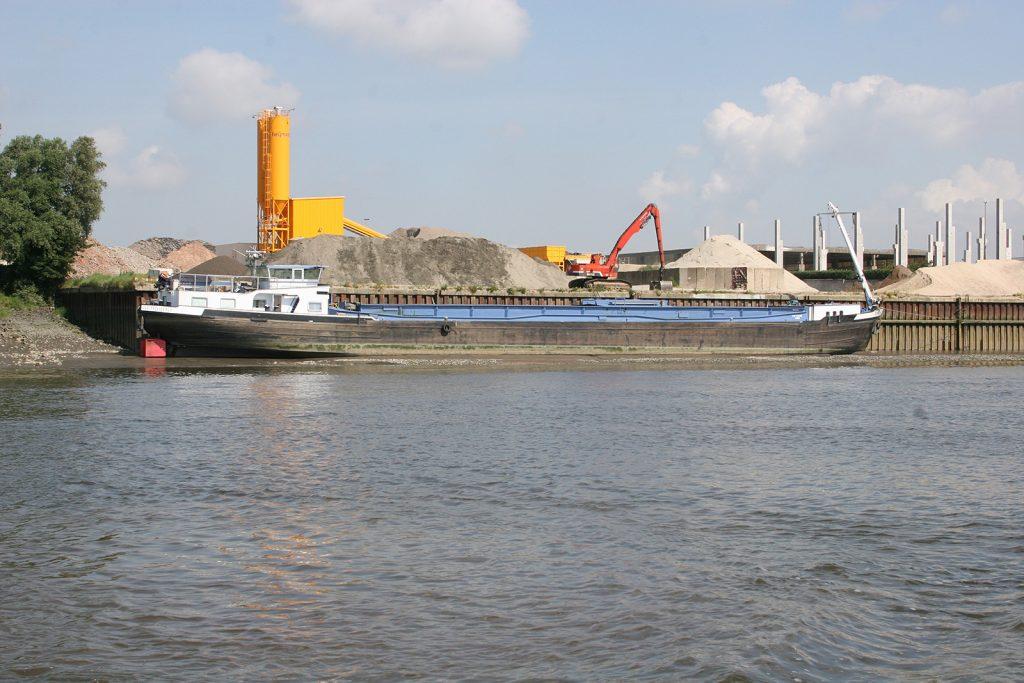 Ein Schiff sitzt auf dem Trockenen