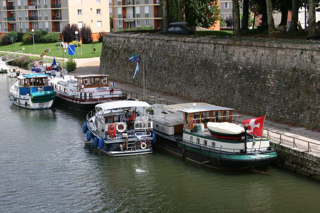 Am Quai die «Baron de l'Ecluse» und «Kinette», daneben schweizerische Jachten