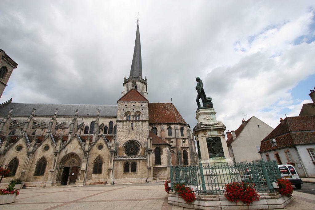 Kirche und Napoleon-Denkmal von Auxonne