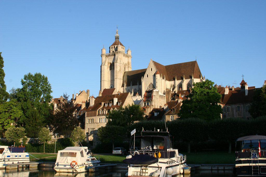 Hafen und Kathedrale von Dole