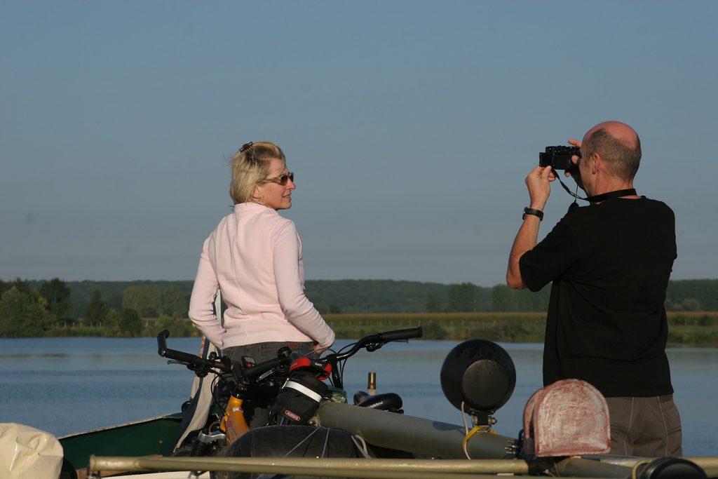 Unsere Gäste Ruth und Peter benützen die Fahrt auf der Saône für eine Fotosession