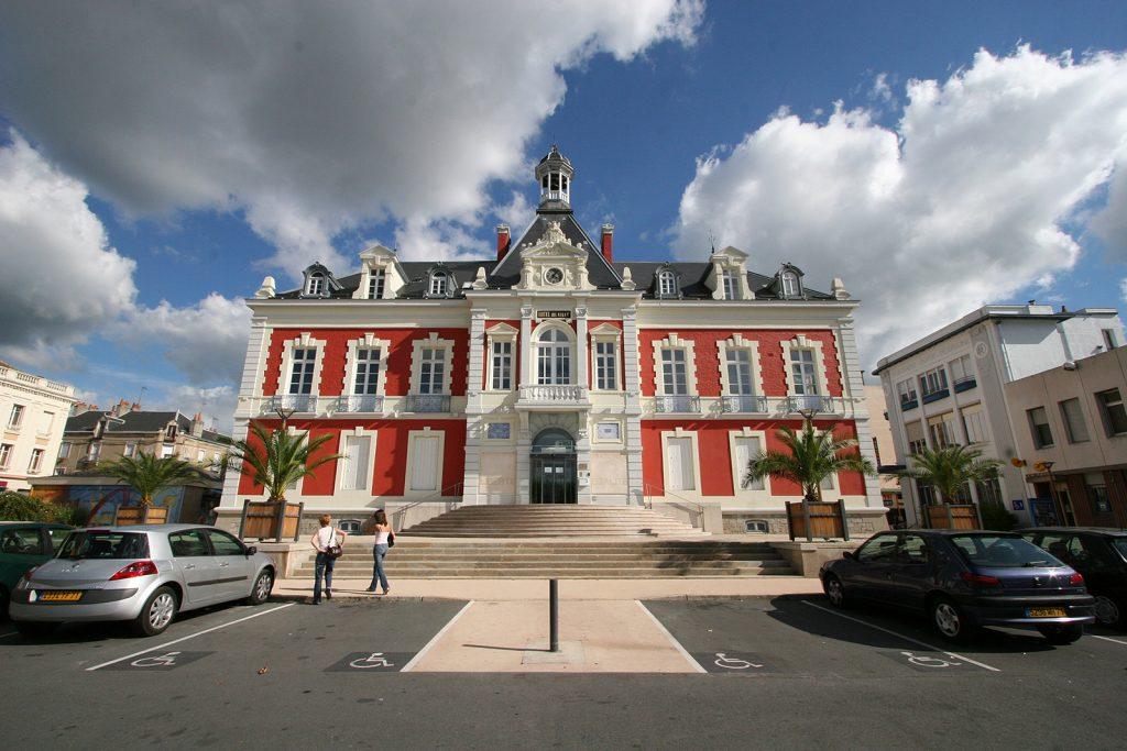 Das Hôtel de Ville von Montceau-les-Mines bei Tag...