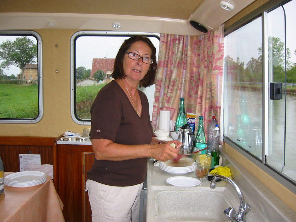 Sylva Bolli beim Risottokochen in ihrer Bordküche