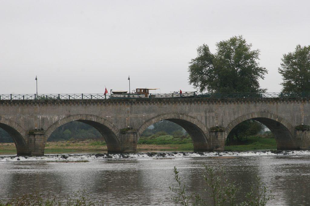 M.S. Kinette auf der Kanalbrücke von Digoin