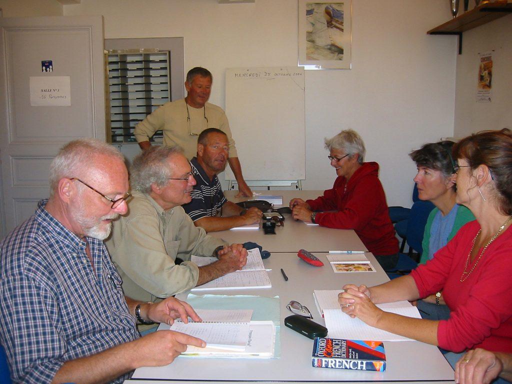 Amerikaner, Engländer, Niederländer und Schweizer bei französischer Konversation