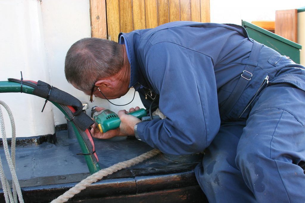 Montieren des externen Steckers für den Telefon-Festnetzanschluss
