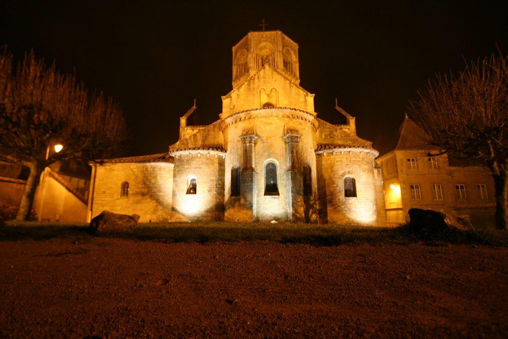 Die Kirche von Semur-en-Brionnais am Heiligen Abend
