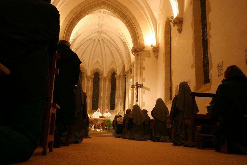 Mitternachtsmesse in der Klosterkapelle von Semur-en-Brionnais