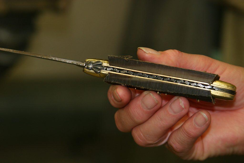 Die noch unbearbeiteten Messerschalen – hier aus Horn