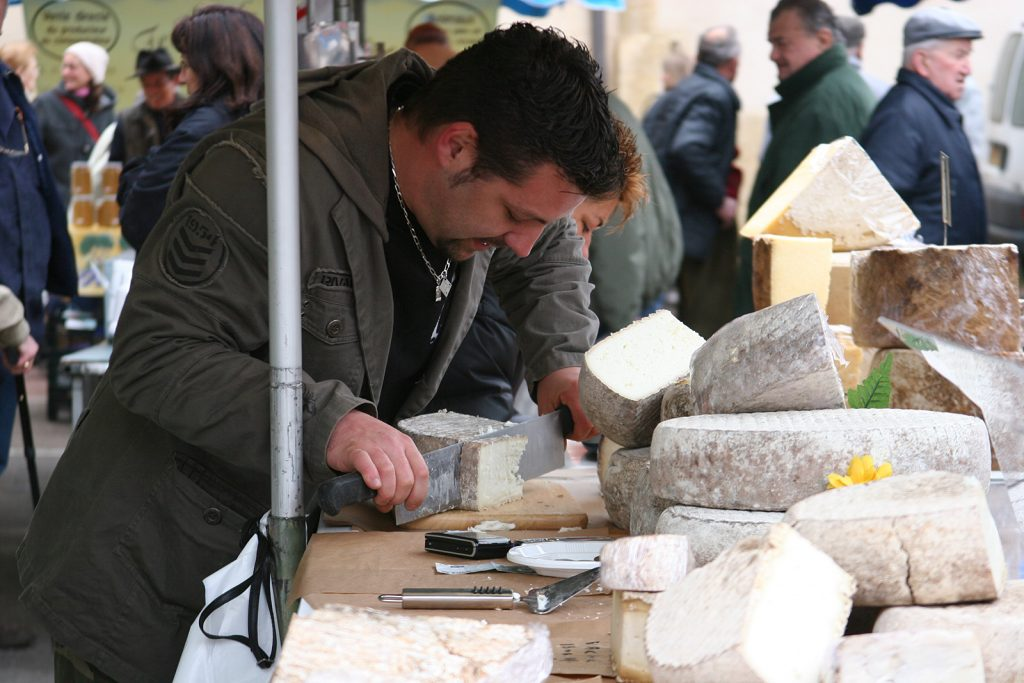 Käsehändler aus den Pyrenäen auf dem Markt von Charlieu